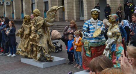 Танці зі скульптурами та костюмований парад на велосипедах в День Кам'янського