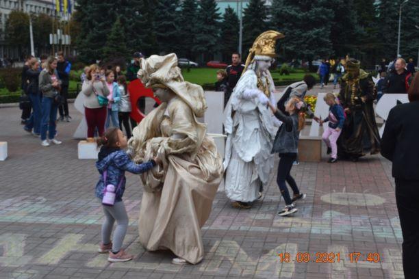 Танці зі скульптурами та костюмований парад на велосипедах в День Кам'янського - ФОТО