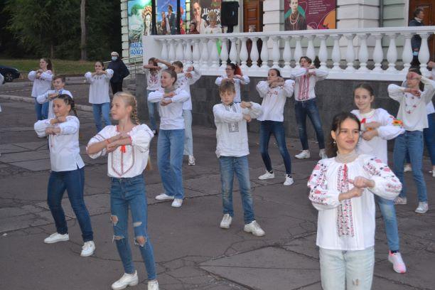 Театр Кам'янського почав сезон з вуличного дійства - ФОТО
